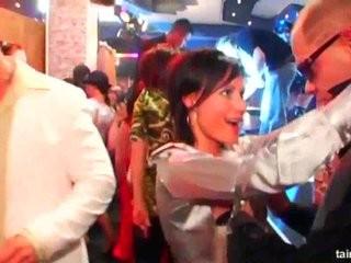 Пьяные девушки в клубе интим видео