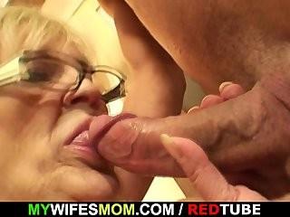 Секс интим сын наслаждается с мамой видио