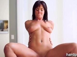 Видео интимный массаж худой брюнетки